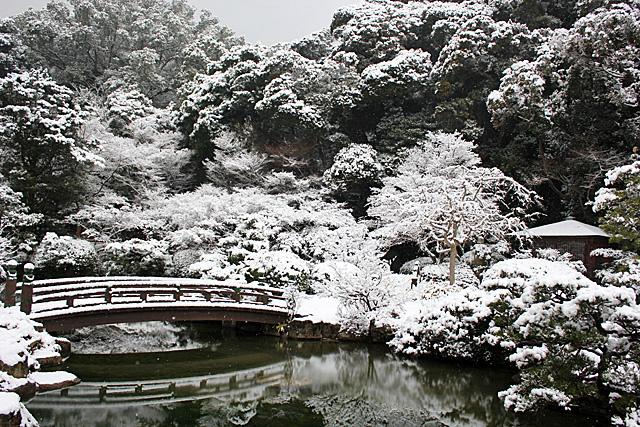 2012年2月下旬。積雪の下関長府庭園遠景
