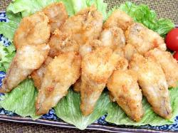 鶏肉のようでいて白身魚の味がする、すばらしい旨み。ごまふぐ唐揚